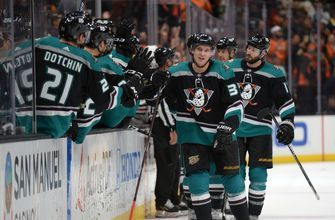 RECAP: Ducks extend win streak to five straight with 4-2 win over Blackhawks