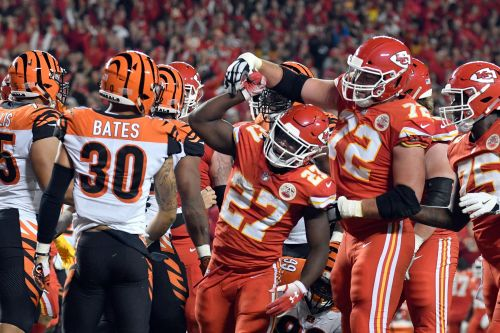 Mahomes torches Bengals for 4 TDs as Chiefs roll, 45-10