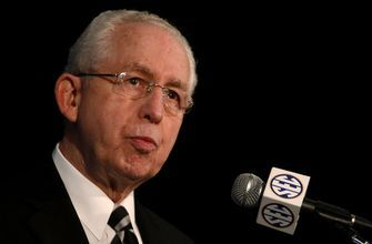 Former longtime SEC commish Slive dies at 77