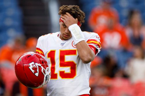 Chiefs' Patrick Mahomes leaves game after scary knee injury