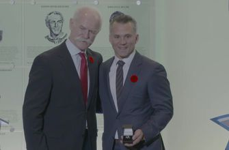 Lightning legend Martin St. Louis gets a nice addition to his jewelry collection during Hall of Fame weekend