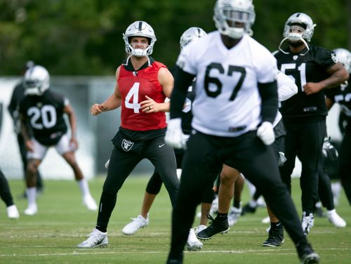 Carr back for 6th year as Raiders QB after offseason rumors