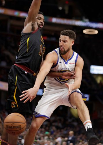 Curry's 42 leads Warriors past Cavs in faux Finals rematch