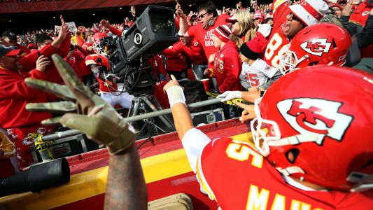 Chiefs WR Tyreek Hill not fined for TV camera celebration