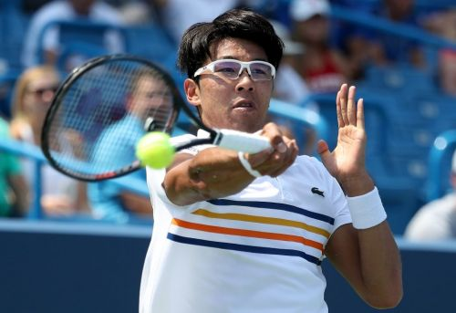 Chung finds his feet to overcome ailing Sock