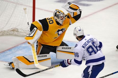 Point scores 3 PP goals in 1:31, Lightning top Penguins