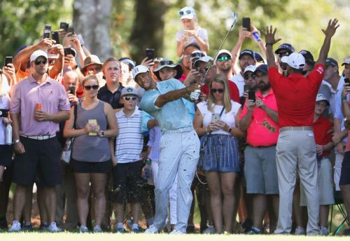 Tiger Woods hangs on to share of lead at Tour Championship
