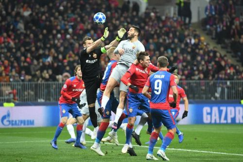 Roma close in on last 16 with win over 10-man CSKA Moscow