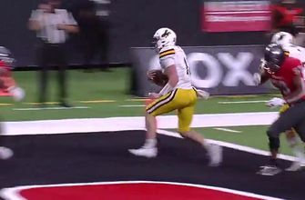 Wyoming QB Eli Williams powers his way to the end zone with 15-yard TD run, take 17-0 lead over UNLV