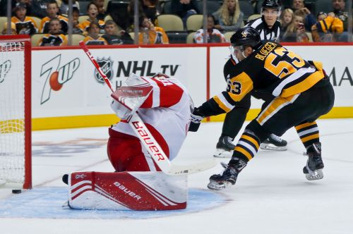 Red Wings use 2nd-period spree to beat Penguins 3-2