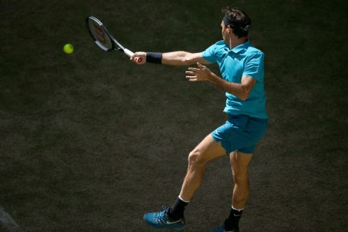 Federer saves two match points to reach Halle last-eight