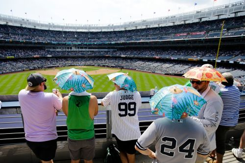 Yankees, fans brave sweltering weather: 'A cone of heat'