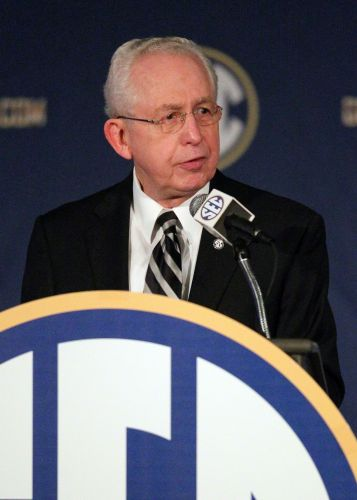 Longtime SEC commissioner Mike Slive dies at 77