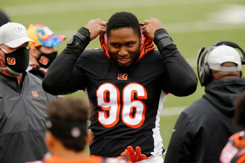 Cincinnati Bengals tell DE Carlos Dunlap to stay home as the team tries to trade him, per report