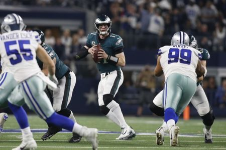 Report: Eagles QB Wentz has fractured vertebra