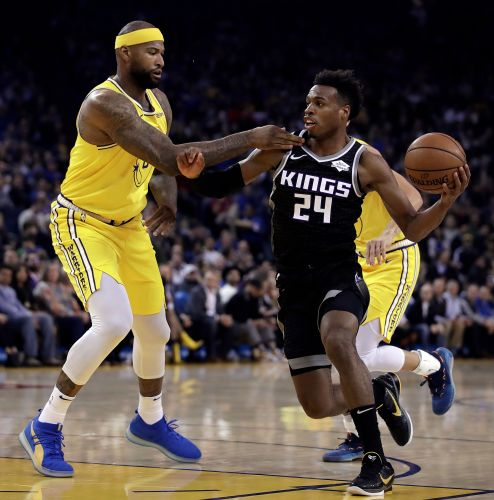 Curry scores 36 as Warriors hold off Kings 125-123