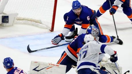 Islanders hold off Lightning to even series