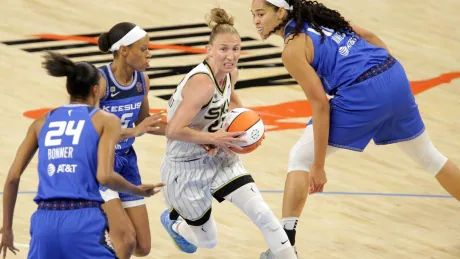 Courtney Vandersloot leads Sky over Sun for 5th straight win
